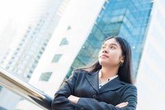 Retrato principal e dos ombros da mulher de negócios asiática de sorriso Imagens de Stock