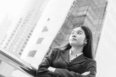 Retrato principal e dos ombros da mulher de negócios asiática de sorriso Fotografia de Stock Royalty Free