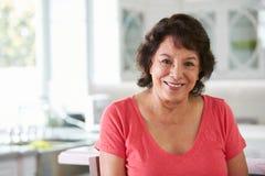 Retrato principal e dos ombros da mulher latino-americano superior em casa fotos de stock royalty free