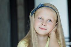 Retrato principal e dos ombros dentro do adolescente com olhos azuis e cabelo justo foto de stock