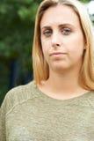 Retrato principal y de los hombros al aire libre del adolescente serio Imagen de archivo libre de regalías