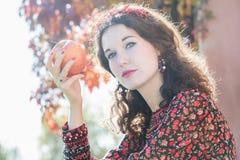 Retrato principal y de los hombros de la muchacha del otoño en caída Fotos de archivo