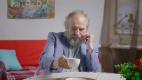 Retrato profundamente de pensar al empresario jubilado en café acogedor almacen de video