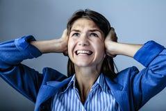 Retrato psicol?gico de la mujer triste que lleva a cabo su cabeza en su mano imágenes de archivo libres de regalías