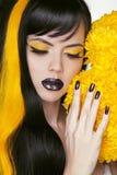 Retrato punky con maquillaje colorido, pelo largo, esmalte de uñas de la muchacha. Imagen de archivo