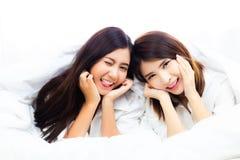 Retrato que encanta mulheres bonitas Meninas bonitas atrativas AR imagens de stock royalty free