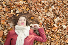 Retrato que miente en las hojas, visión superior de la mujer joven Imagenes de archivo
