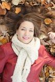 Retrato que miente en las hojas, visión superior de la mujer joven Fotos de archivo