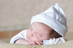 Retrato recién nacido del bebé el dormir Foto de archivo libre de regalías