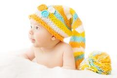 Retrato recién nacido del bebé del sombrero en casquillo de lana sobre el fondo blanco Fotografía de archivo