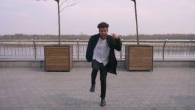 Retrato recto de la opini?n del primer del baile afroamericano atractivo joven y de hacer del hombre los movimientos de la baraja almacen de metraje de vídeo