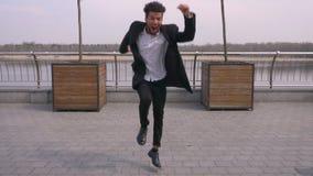 Retrato recto de la opini?n del primer del baile afroamericano atractivo joven y de hacer del hombre de negocios la mirada de los almacen de metraje de vídeo