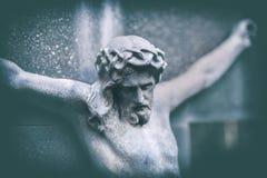 Retrato resistido de jesus com cruz na lápide foto de stock royalty free