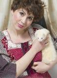 Retrato retro clássico da forma do estilo da menina nova do pino-acima que guarda o animal de estimação branco da doninhas Estilo Fotos de Stock Royalty Free