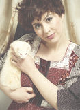Retrato retro clássico da forma do estilo do holdin novo da menina do pino-acima Foto de Stock