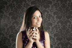 Retrato retro da mulher bonita triguenha do copo de café Fotografia de Stock