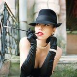 Retrato retro da mulher, luvas vestidas da joia da pérola, do chapéu e da seda Foto de Stock