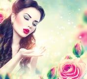 Retrato retro da mulher no jardim de rosas cor-de-rosa imagens de stock royalty free