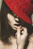 Retrato retro de la mujer adulta atractiva con el sombrero rojo Imagen de archivo