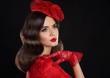 Retrato retro de la mujer Muchacha del estilo del vintage que lleva el sombrero rojo de la moda Fotos de archivo