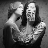 Retrato retro de um beijo lindo de duas mulheres (amigas) Fotografia de Stock Royalty Free