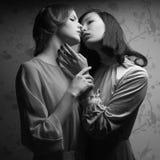 Retrato retro de um beijo lindo de duas mulheres (amigas) fotos de stock royalty free