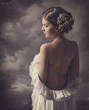 Retrato retro sensual de la mujer, parte posterior desnuda de la muchacha, artístico elegante