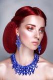 Retrato rojo de la mujer de la belleza del pelo en fondo gris Fotografía de archivo libre de regalías