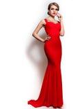 Retrato rojo del vestido de la mujer aislado en el fondo blanco Imágenes de archivo libres de regalías