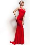 Retrato rojo del vestido de la mujer aislado en el fondo blanco Foto de archivo libre de regalías