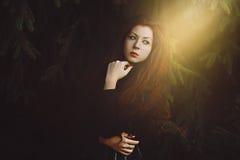 Retrato rojo hermoso de la mujer del pelo imagenes de archivo