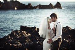 Retrato romántico de besar un par de la boda fotografía de archivo libre de regalías