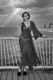 Retrato romántico de la mujer joven en el embarcadero Imagen de archivo libre de regalías