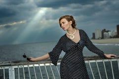 Retrato romántico de la mujer joven en el embarcadero Imagenes de archivo