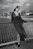 Retrato romántico de la mujer joven que lleva el vestido blanco y negro en el embarcadero Fotografía de archivo
