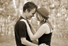 Retrato romántico de la mujer joven y del hombre en amor Foto de archivo libre de regalías