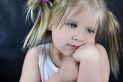 Retrato romántico de una niña en un fondo negro Fotos de archivo libres de regalías