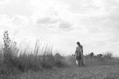 Retrato romántico del blonde bohemio en el campo de la hierba Fotos de archivo