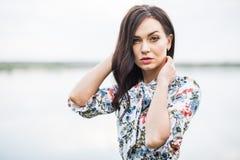 retrato romântico da menina bonita nova com cabelo longo no wate imagem de stock