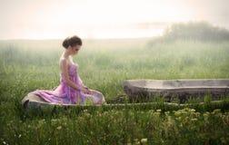 Retrato romântico da mulher nas ruínas Fotografia de Stock Royalty Free