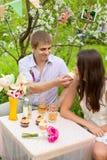 Retrato romântico de um par bonito no amor Fotos de Stock Royalty Free
