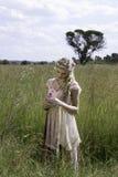 Retrato romântico do louro boêmio no campo da grama Fotos de Stock Royalty Free
