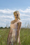 Retrato romântico do louro boêmio no campo da grama Foto de Stock Royalty Free
