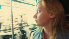 Retrato rubio cansado hermoso de la mujer joven dentro de un tuk del tuk en una calle de la noche Concepto del turismo metrajes