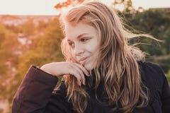 Retrato rubio caucásico adolescente sonriente de la muchacha Fotografía de archivo libre de regalías