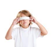 Retrato rubio del cabrito de los niños con los ojos vendados aislado Imagen de archivo libre de regalías