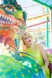 Retrato rubio elegante hermoso de la mujer de la moda en verano del parque de atracciones imagenes de archivo