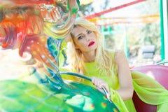 Retrato rubio elegante hermoso de la mujer de la moda en verano del parque de atracciones foto de archivo