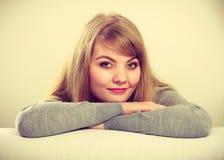 Retrato rubio encantador precioso de la muchacha Imagenes de archivo