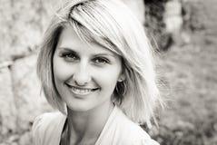 Retrato rubio feliz de la mujer de Yound Imágenes de archivo libres de regalías